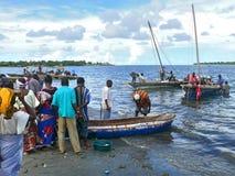 姆特瓦拉,坦桑尼亚- 2008年12月3日:鱼市。 库存照片