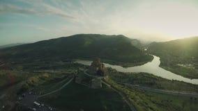 姆茨赫塔城堡教会高加索山脉河白种人秀丽自然乔治亚动物waterwall寄生虫4k 股票录像
