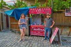姆茨赫塔,乔治亚- 2017年7月31日:由胜利做的品尝冰淇凌 库存照片