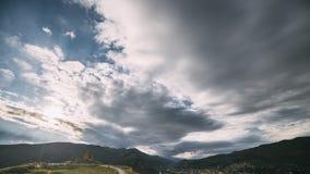 姆茨赫塔,乔治亚 路去Jvari的,英王乔治一世至三世时期正统修道院,由联合国科教文组织的世界遗产名录 美丽的秋天山 股票视频