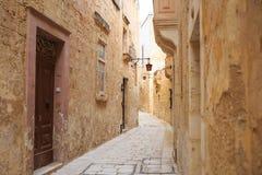 姆迪纳有鹅卵石街道的,灯笼老镇,在马耳他剥了大厦, 假期和旅游业的完善的目的地 免版税库存照片
