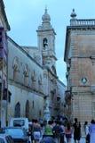 姆迪纳,马耳他,2014年7月 在一条狭窄的中世纪街道上的游人在大教堂附近 免版税库存照片