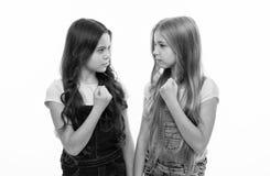 姊妹一般关系 妇女团体幸福和问题 女孩确信的姐妹 妇女团体支持或竞争 库存照片