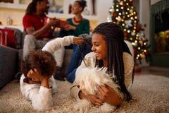 姐妹使用与狗和笑 他们在flo说谎 图库摄影