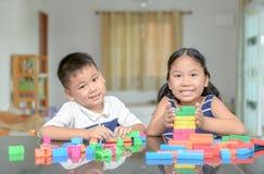 姐妹和兄弟戏剧木砖塔 图库摄影