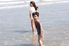 姐妹和兄弟海滨的 免版税库存图片