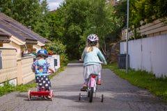 姐妹和兄弟他们的自行车的 免版税库存图片