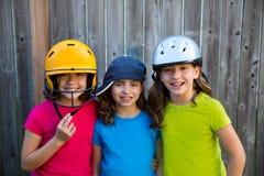 姐妹和朋友炫耀孩子女孩画象微笑愉快 库存照片