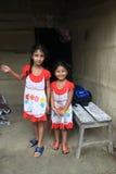 姐妹在原始的Tanu家庭,尼泊尔的村庄在chitwan的 免版税库存图片