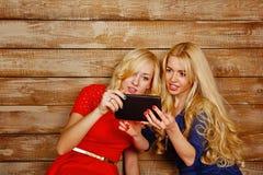 姐妹在社会网络, selfie沟通 库存照片
