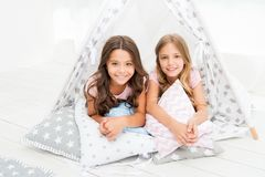 姐妹或最好的朋友花费时间在帐篷房子里一起在 有的女孩乐趣帐篷房子 少女休闲 姐妹 免版税库存照片