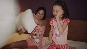 姐妹枕头战在床上,醒早晨 股票视频
