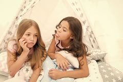 姐妹竞争概念 孩子在帐篷房子哀伤的面孔放置 朋友有有些问题 处理的步兄弟姐妹 库存照片