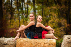 姐妹舞蹈家在公园 免版税图库摄影
