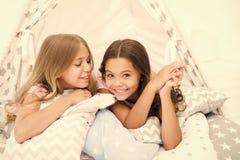 姐妹获得份额的闲话乐趣在家 为孩子睡衣派对 舒适地方帐篷房子 姐妹或最好的朋友花费 免版税库存图片