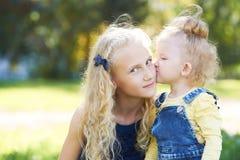 姐妹 关系 女儿 画象孩子 亲吻 爱 库存图片