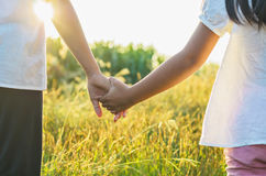 姐姐和妹妹握手 免版税库存照片