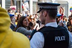 委内瑞拉人抗议他们的国家的使馆外在伦敦 图库摄影