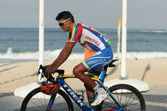 委内瑞拉的骑自行车者Yonathan Monsalve在里约以后2016年奥运会的结束里约2016奥林匹克自行车道竞争的 库存图片
