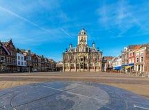 委员会大厦和中心广场在德尔福特,荷兰 免版税库存图片