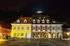 委员会正方形夜视图2014年7月15日的在布拉索夫,罗马尼亚 免版税库存图片