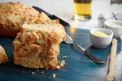 委员会用啤酒面包鲜美大面包  免版税图库摄影