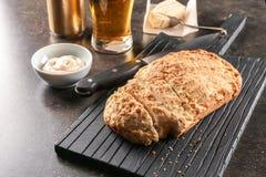 委员会用啤酒鲜美大面包  免版税库存照片