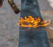 委员会由煤气喷燃器的火焰处理 库存照片