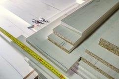 委员会粗纸板削减了家具生产特写镜头的零件 库存照片