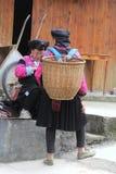 姚小山部落的妇女在五颜六色的服装的 免版税库存照片