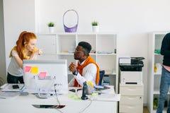 姜办公室工作者作指示非洲小辈 免版税图库摄影