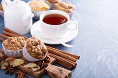 姜和坚果糖粉奶油细末松饼用冬天香料 图库摄影