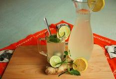 姜和柠檬汁 免版税库存照片