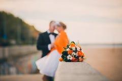 姜婚礼花束夫妇在背景中 库存照片