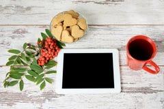 姜曲奇饼心脏 秋天大气 一种现代片剂 背景分行查出的花揪白色 免版税库存照片