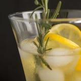 姜柠檬水和成份-姜,柠檬,黑backgrou 免版税库存照片