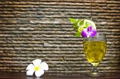 姜汁无酒精饮料鸡尾酒喝与flowe的deoration 库存图片