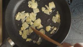 姜烧烤片断在平底深锅的在录影的油顶视图 影视素材