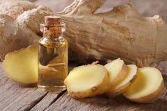 姜的油在小玻璃瓶宏指令和根的 库存图片