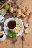 姜茶用可口的柠檬和的蜂蜜 图库摄影