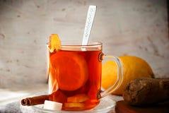 姜茶用柠檬和桂香 库存图片