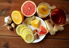 姜茶用蜂蜜、柑橘和大蒜在木头 免版税库存图片