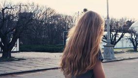 姜踩滑板在日出的红头发人妇女 在滑板的腿,移动向成功在夏天停放 影视素材