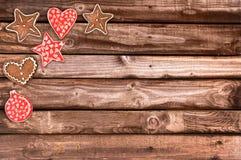 姜面包曲奇饼和圣诞节装饰品在木背景 库存照片