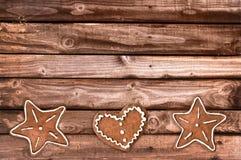 姜面包曲奇饼和圣诞节装饰品在木背景 图库摄影