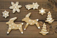 姜面包驯鹿、星、雪花和树 图库摄影