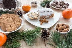 姜饼、加香料的饼干和Christstollen的安排 免版税库存图片