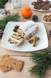 姜饼、加香料的饼干和Christstollen的安排 免版税库存照片