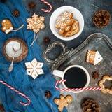 姜饼、棒棒糖和咖啡杯在黑暗的背景 圣诞节或新年构成 平的位置 顶视图 库存图片