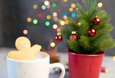 姜饼一个热的杯子的曲奇饼人热奶咖啡 库存图片